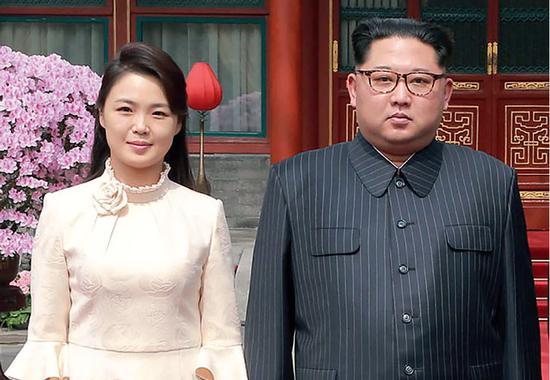 3月27日,对中国进行非正式访问期间的朝鲜劳动党委员长、国务委员会委员长金正恩及夫人李雪主。图/视觉中国