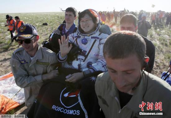 来自美国、日本、俄罗斯的三名宇航员相继安全出仓,图为来自日本的宇航员Kanai。