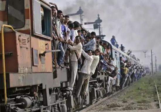 ▲资料图片:多年来,印度铁路一直投资不足。图为一列驶经印度北方邦洛尼镇的拥挤不堪的火车。(路透社)