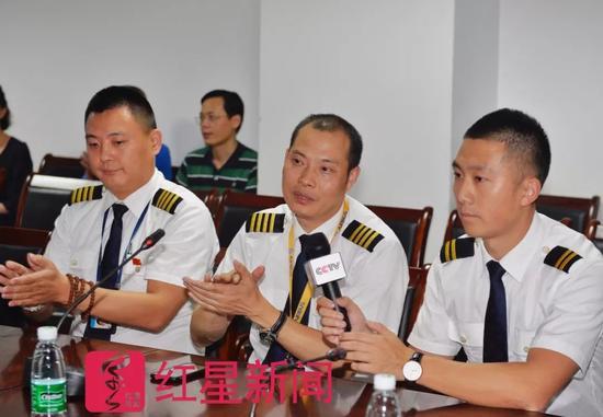 ▲机长刘传健和机组成员们接受采访  图片来源:红星新闻 摄影记者 郭广宇