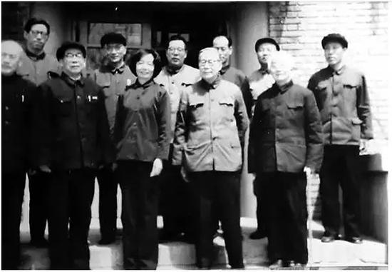 南开校长杨石先[前排右二]、外文系主任李霁野[前排右一]与南开教师迎接叶嘉莹