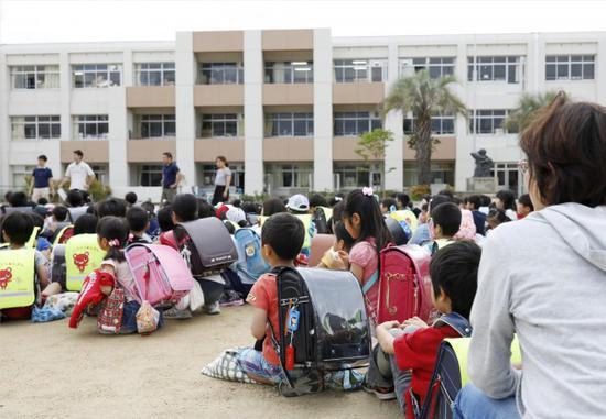 日本小学生在学校里避难(图片来源:路透)