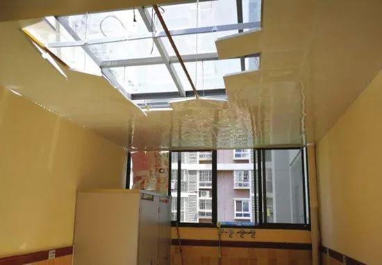 长沙中房F联邦小区,因弹珠袭击,青果树F联邦幼儿园三楼厕所的吊顶发生垮塌。受访者供图