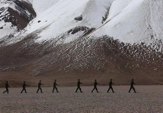 在中印边境巡逻的中国边防士兵(图源:新华社)