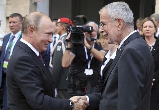 6月5日,在奥地利维也纳,奥地利总统范德贝伦(右)和到访的俄罗斯总统普京出席欢迎仪式前握手。俄罗斯总统普京5日访问奥地利。新华社/美联