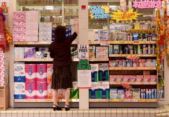 顾客在日本东京一家商店购物。(法新社)