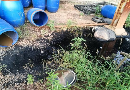 图3 厂区内受污染坑塘,废煤焦油桶随意堆放