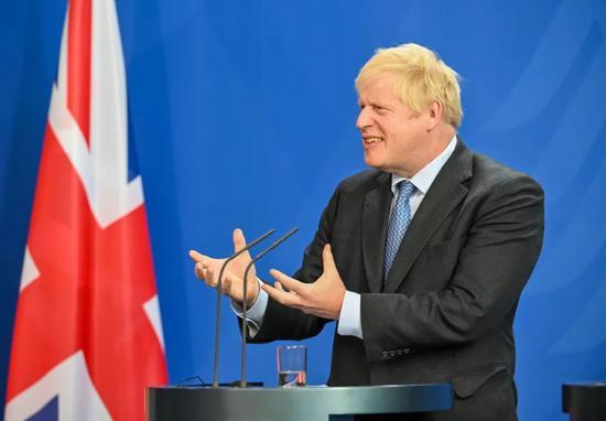 8月21日,正在德国都城柏林的总理府,去访的英国辅弼约翰逊取德国总理默克我(已正在绘里中)列席结合记者会。新华社记者连振摄