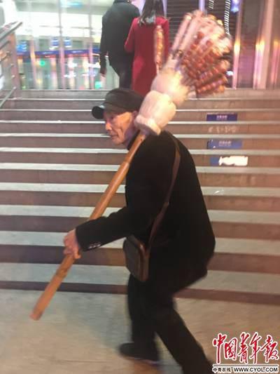 81岁的孔老翁在卖糖葫芦