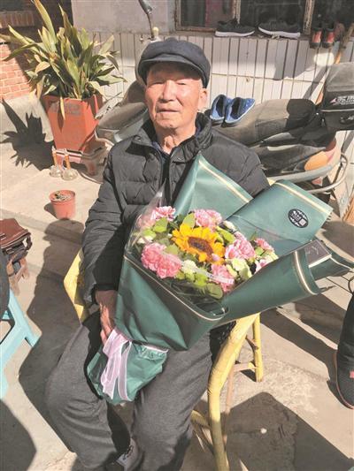 78岁老教师患癌上最后一课 昔日学生从各地赶来听