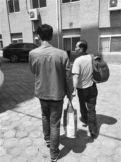 家人从甘肃来大连寻找兄妹俩。家属供图