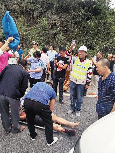 救援人员在事故现场救治伤员