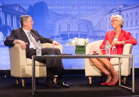 ▲2016年6月24日,周小川在美国华盛顿出席IMF年度央行行长系列讲座,与IMF总裁拉加德进行了半小时的一对一对话(图片来源:东方IC)
