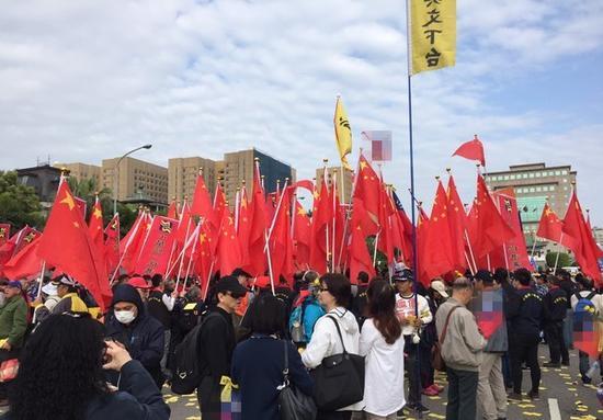 反年改团体携五星红旗于蔡办前示威,与台警方冲突。(台媒)