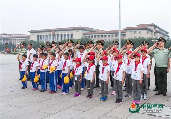 升旗现场(图片来源:中国军网)