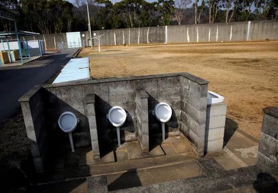 设在操场上的户外小便池。