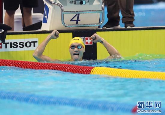 8月19日,中国选手徐嘉余在比赛后庆祝。 当日,在第18届亚运会男子100米仰泳决赛中,中国选手徐嘉余以52秒34的成绩夺冠。新华社记者丁汀摄