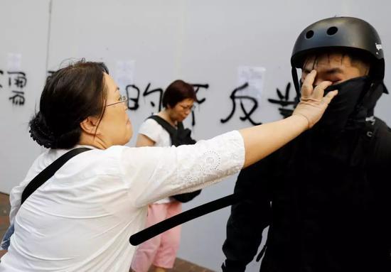 香港律政司官员扯暴徒面罩遭围殴(图)