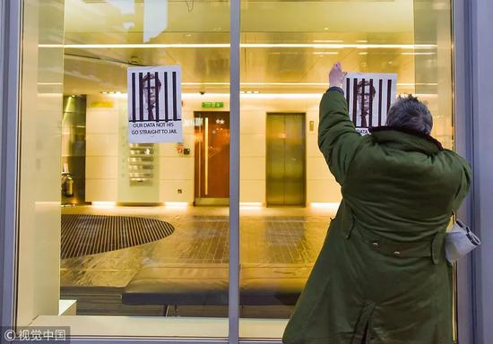 """▲""""剑桥分析""""公司伦敦办事处面临搜查。 图/视觉中国"""