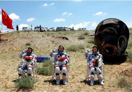 2012年06月29日,景海鹏 、刘旺、刘洋在四子王旗着陆场返回出舱   摄影:杨颖