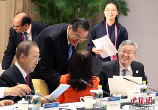 周小川与潘基文(左)等出席会议