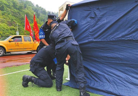 警察演练紧急搭建帐篷。