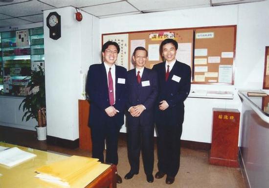 1994年12月24日作者何燕生(左)与霍韬晦先生(中)合影于香港法住学会