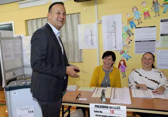 愛爾蘭總理利奧·瓦拉德卡?歐洲議會選舉和修改離婚法公投投票。/視覺中國
