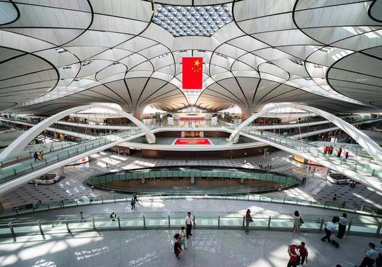 8月30日,北京年夜兴国际机场。航站楼天上、公开共7层,可以让自驾及乘坐机场年夜巴、出租车、轨讲交通的游客便远打点值机。拍照/新京报记者 陶冉