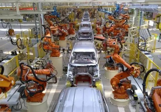 资料图片:中国保定,长城汽车的厂房内自动化的汽车生产线正在开足马力生产。