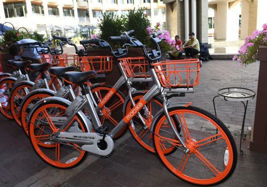 资料图:几辆摩拜单车停在美国首都华盛顿街头。新华社记者殷博古摄