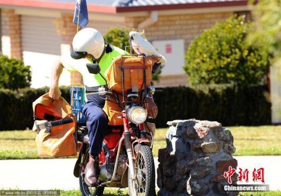 資料圖:郵遞員派發郵件。圖片來源:CFP視覺中國