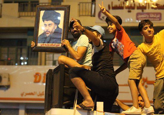 图为萨德尔的支持者在街头庆祝。