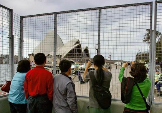资料图片:中国游客在悉尼歌剧院前拍照。(路透社)