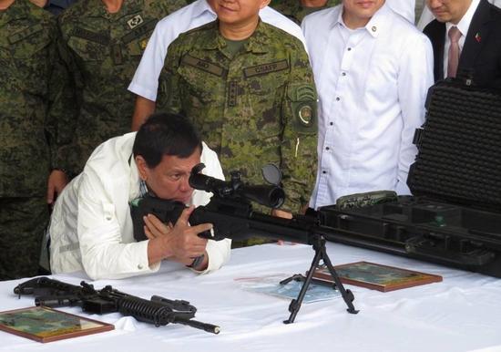 马拉维动乱时,中(下)美(上)移交菲律宾的武器 菲媒图
