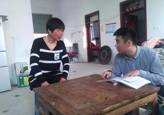康彬同志与李寨村村民在一起
