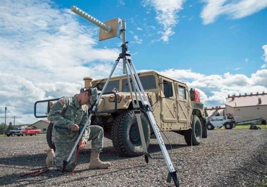 (美军士兵正在架设GPS干扰设备)