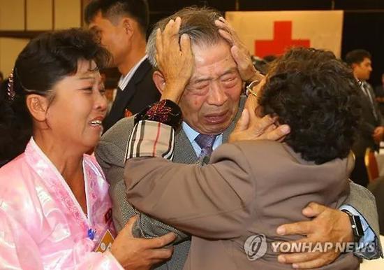 ▲资料图片:朝韩离散家属聚会上的感人瞬间(韩联社)