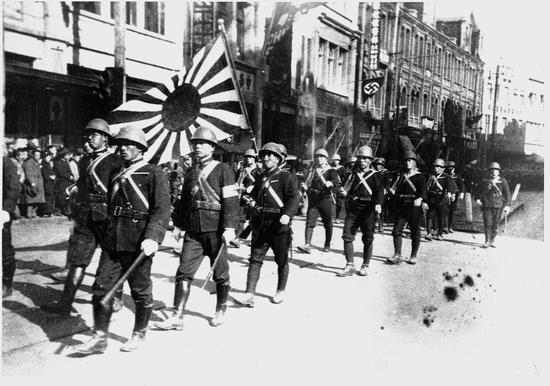 日本侵略时期使用的旭日旗 图片来源:历史资料