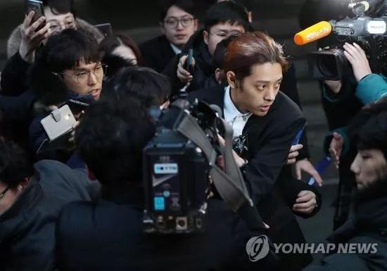 ▲3月15日,在首尔地方警察厅,艺人郑俊英接受警方调查后准备离开。(韩联社)