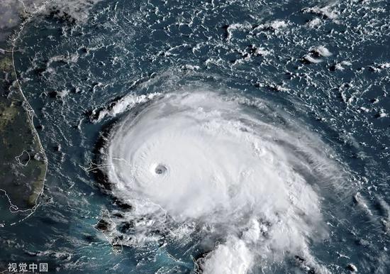 """▲本地工夫2019年9月1日,好国国度飓风中间好东工夫9月1日朝颁布发表,飓风""""多里安""""已晋级为第一流此外五级飓风,今朝最年夜连续风速为160英里/小时(约开257千米/小时),逼近巴哈马北部的阿巴科群岛。"""