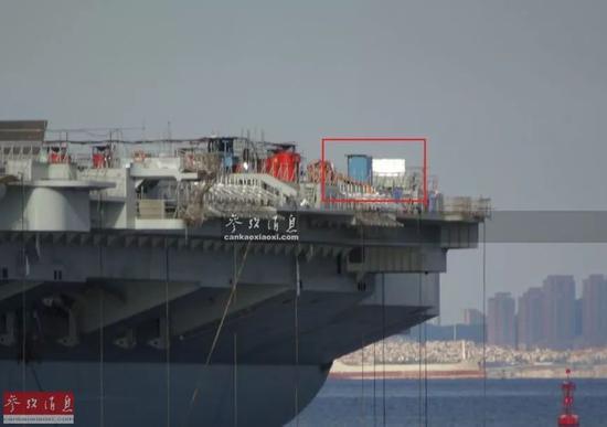 """▲红框中可见已部分安装完成的 """"菲涅尔""""光学助降系统,只安装了一侧的闪光灯和中央灯箱,还有一侧未安装。"""