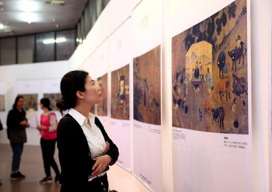 资料图:2017年11月7日,在越南首都河内,一名观众参观《孔子的智慧》文化展。新华社记者 王迪 摄