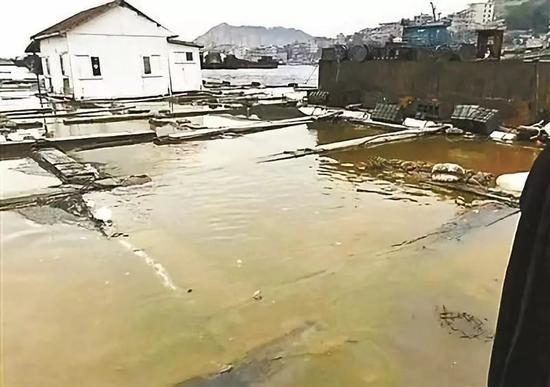 ▲碳九泄漏導致沿海部分養殖戶養殖水體被污染圖自新華網