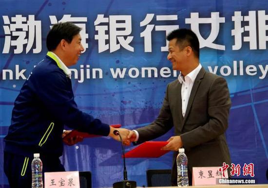資料圖:權健俱樂部總經理束昱輝(右)中新社記者 張正道 攝