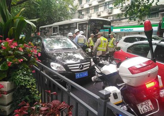 在一路违法后,车辆最终在瑞金医院附近被民警截获。网友供图