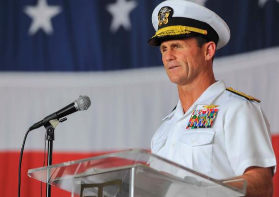 美国海军作战部长约翰·理查森上将在弗吉尼亚州诺福克海军基地举行的仪式上讲话