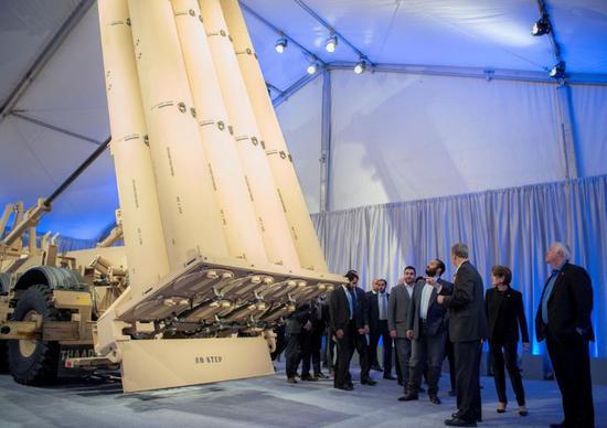 ▲資料圖片:2018年4月6日,沙特王儲穆罕默德·本·薩勒曼參觀位於美國舊金山的洛克希德·馬丁公司。(路透社)