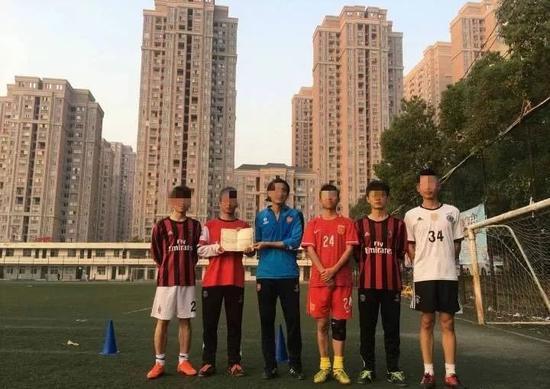 陶崇园(左二)、王攀(左三)和球队队友的合影。图片来自网络