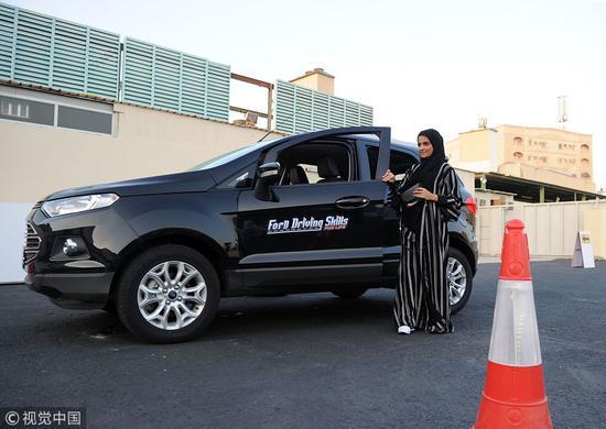 沙特是目前世界上唯一不允许女性开车的国家,违者将被罚款甚至是坐牢。然而,2018年6月24日开始,这一切将成为历史。这天起,沙特妇女将被允许开车并且合法拥有驾照。目前,沙特的女性驾校已经是人满为患了。